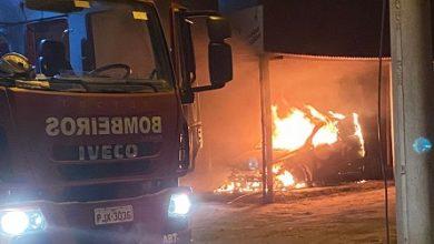 Foto de SAJ: Carro pega fogo durante a madrugada no Loteamento São João