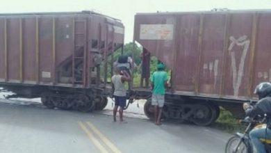 Foto de Trem descarrilha e bloqueia trecho de pista na BA-120, trecho que liga Castro Alves e Sapeaçu