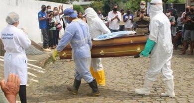 Foto de Corpo de Jotinha é enterrado em Elísio Medrado com grande comoção