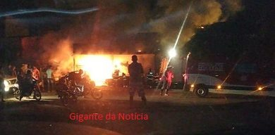 Foto de Veículos pegam fogo em ferro velho na BR-101 em Santo Antônio de Jesus