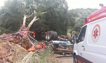 Foto de Caminhão vira na ladeira do Ribeirão na BA 540 entre Amargosa e Mutuípe