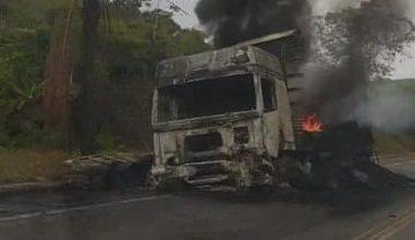Foto de Motociclista morre após colisão com carreta na BR-101 em Presidente Tancredo Neves