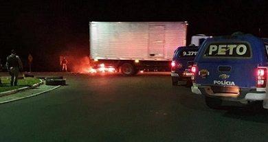 Foto de Muritiba: Manifestantes ateiam fogo em pneus e fecham parcialmente a BR-101