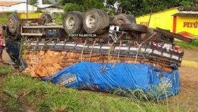 Foto de Muritiba: Caminhão carregado com blocos capota na BR-101
