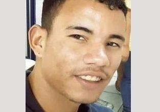 Foto de Jovem é assassinado na Praça da Bandeira em Valença
