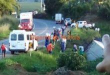 Foto de SAJ: Carreta tomba na BR-101; Vítima fica presa nas ferragens e carga de arroz é saqueada