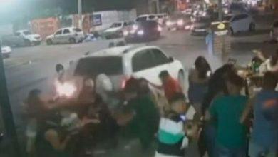 Foto de Proprietária de veículo que invadiu bar em Feira de Santana é intimada a depor; carro foi apreendido em borracharia