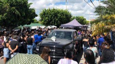 Foto de Multidão acompanha enterro de médico de Araci encontrado amarrado em uma âncora