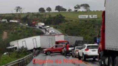 Foto de Vídeo: Acidente grave envolvendo 10 veículos é registrado na BR-101, depois de Cruz das Almas; uma pessoa morreu