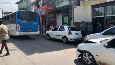 Foto de Ônibus do transporte coletivo de SAJ se envolve em acidente na Rua Cosme e Damião