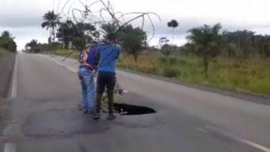 Foto de Motoristas chamam atenção de cratera no entroncamento de Salinas da Margarida