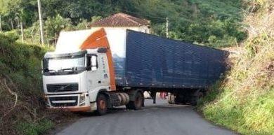 Foto de Caminhoneiro faz manobra arriscada após sofrer tentativa de assalto em Cachoeira