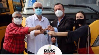 Foto de Governador entrega ônibus escolar para a prefeitura de Dom Macedo Costa