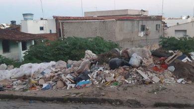 Foto de Lixo acumulado causa transtornos na Rua Chile em Santo Antônio de Jesus
