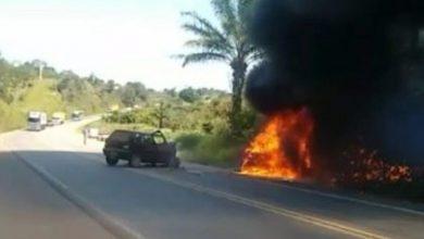 Foto de Laje: Carro pega fogo após colisão entre veículos na BR-101