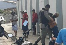 Foto de SAJ: Suspeito de tentar assaltar posto é contido por funcionários e preso