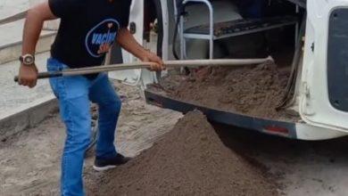 Foto de Secretaria de Saúde esclarece situação de veículo que foi gravado carregando areia