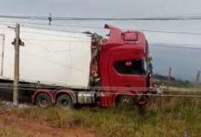 Foto de Motorista morre após carreta sair da pista e tombar na BR-101 em Santo Antônio de Jesus