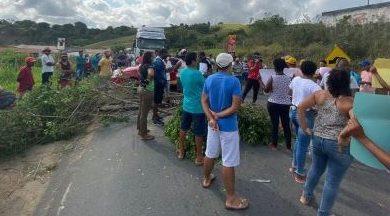 Foto de Laje: Protesto fecha trecho da BR-420, moradores pedem transferência de idosa